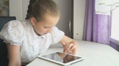 Dospívající dívka používá digitální tabletu v recepci