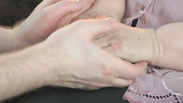 Видеоролики мужчина ласкает женщину руками, женщина в колготках задрала ноги порно онлайн