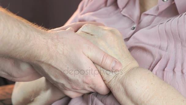 Mann beruhigt ältere Frau im Stress