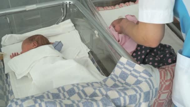 Dítě na lékařské gauči v nemocniční oddělení