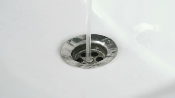 Lo scarico dellacqua in vasca da bagno bianca