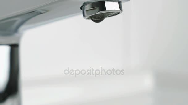 Gocce dacqua dal rubinetto cromato
