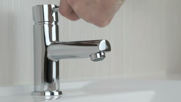 Osoba, mytí rukou v dřezu koupelny hotelu