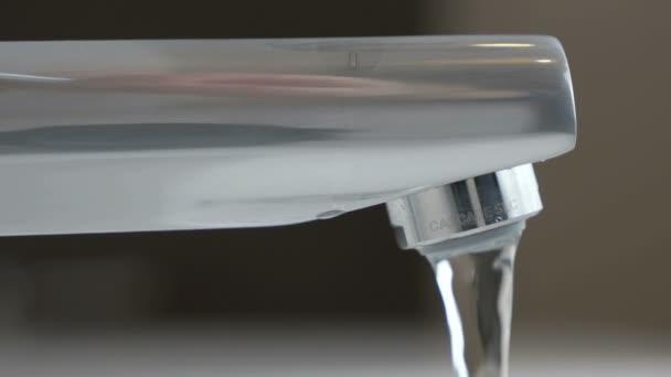 Toky slabý tlak vody z vodovodního kohoutku
