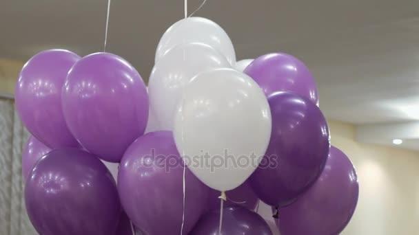 Nafukovací balónky fialové, bílé na svatební party