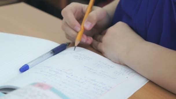 Diák munkafüzet egy golyóstollal írja