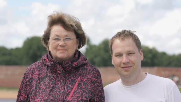 Зятя тьощі взрослая русская баба и молодой длинноногой сережках