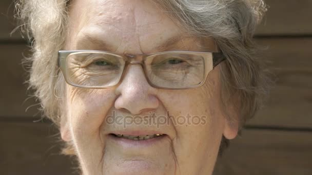 Porträt einer lächelnden älteren Frau mit Brille