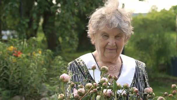 Idős asszony a háttérben, a pünkösdi rózsa