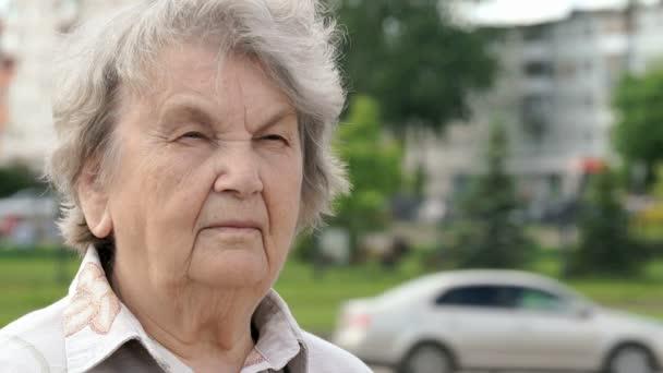 Porträt einer ernsthaften alten Frau im Alter von 80 Jahren im Freien