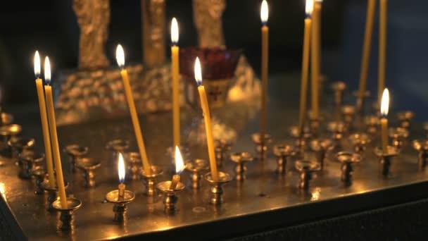Candele accese chiesa nel tempio chiuda in su u video stock