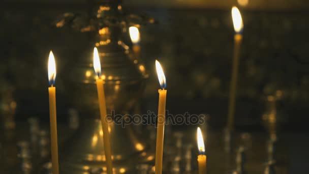 Candelabro con candele accese nel tempio u video stock