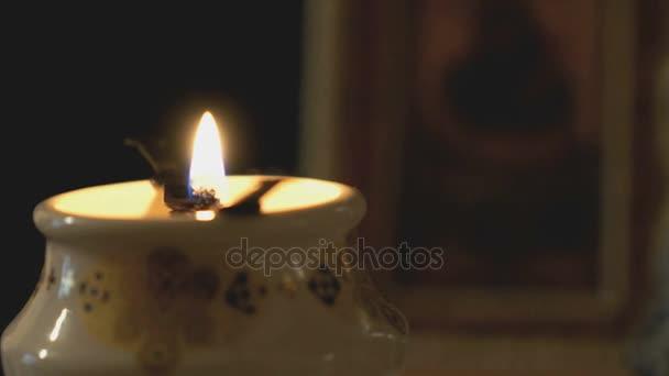 Lampada a olio chiesa con una candela accesa in chiesa u video