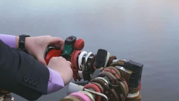 Ženich, závěsný červený zámek na potrubí. Detailní záběr