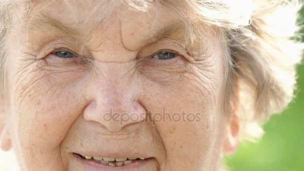 Portrét usmívající se zralé starší ženy. Detail