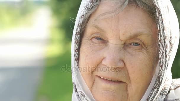 Porträt einer lächelnden alten Frau. Nahaufnahme