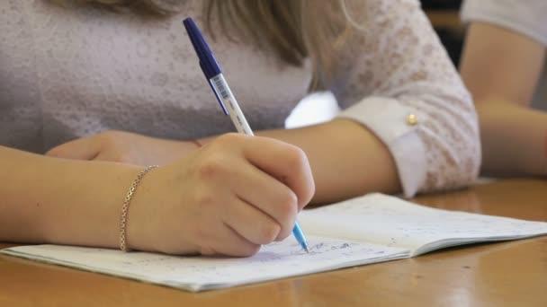 A füzet szövegírás iskoláslány. Közeli kép:
