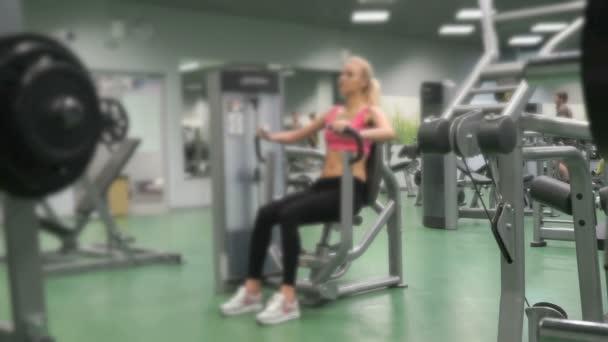 Schöne blondes Mädchen engagiert im Fitness-Studio im Haus