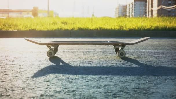 Nahaufnahme der Füße von Skateboarder-Junge auf Skateboard