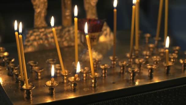 Candelabro con candele accese nel tempio