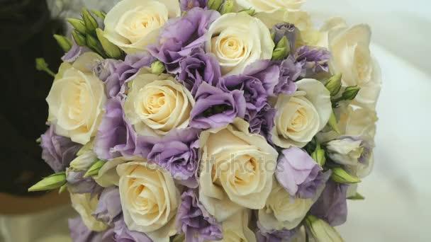 Detail z krásné svatební kytice růží