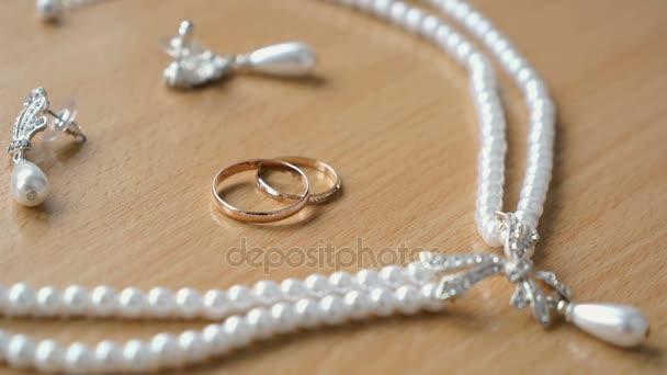 Novomanželé šperky na stůl
