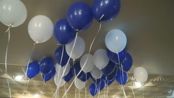 Modré a bílé balonky na strop