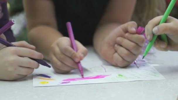 Neznámé děti malovat obrázky s fixem