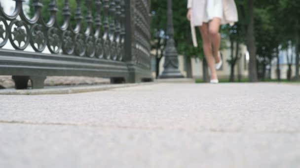 Krásné ženské nohy chůzi na ulici