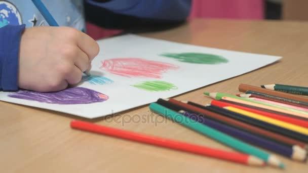 Neznámé malé dítě kreslení obrázků. Detail