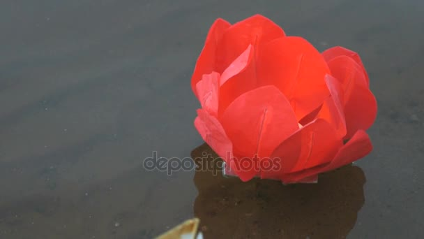 Červená Vodní lilie se svíčkou na vodě