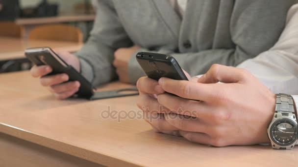 Dva studenti smartphone