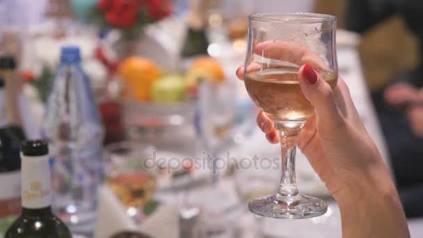 Nahaufnahme von Frauenhand mit Glas