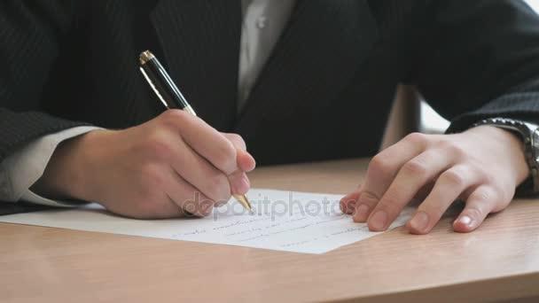 Unbekannter junger Mann schreibt den Text