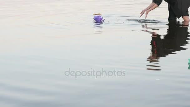Neznámá žena dát lily do vody