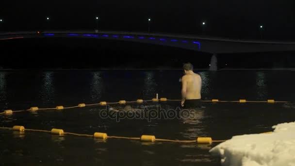Lidé plavání ve studené vodě v řece v zimě