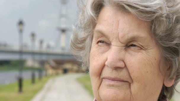 Porträt einer ernstzunehmenden alten Frau im Freien