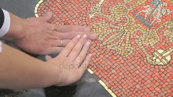 Nahaufnahme der Hände von Brautpaaren mit Eheringen