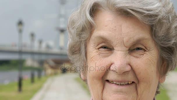 Porträt einer lächelnden alten Frau im Freien