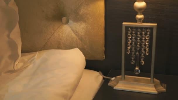 Lampa na noční stolek vedle postele. Detail