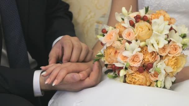 Nevěsta a ženich se mazlit s palmami