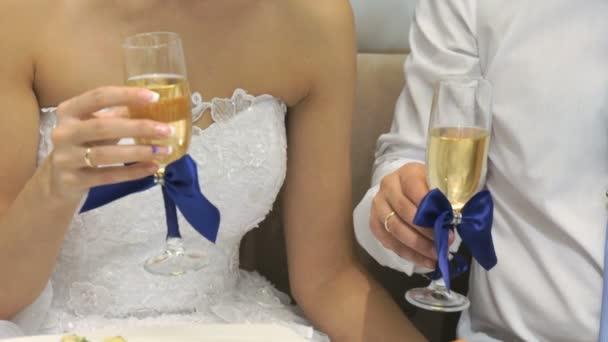 Sposa e sposo che tengono i vetri di vino. Close-up