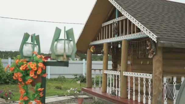 Gyönyörű rusztikus, fából készült ház egy tornácos