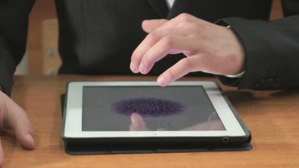 Student při pohledu na fotografie používající počítač tabletu