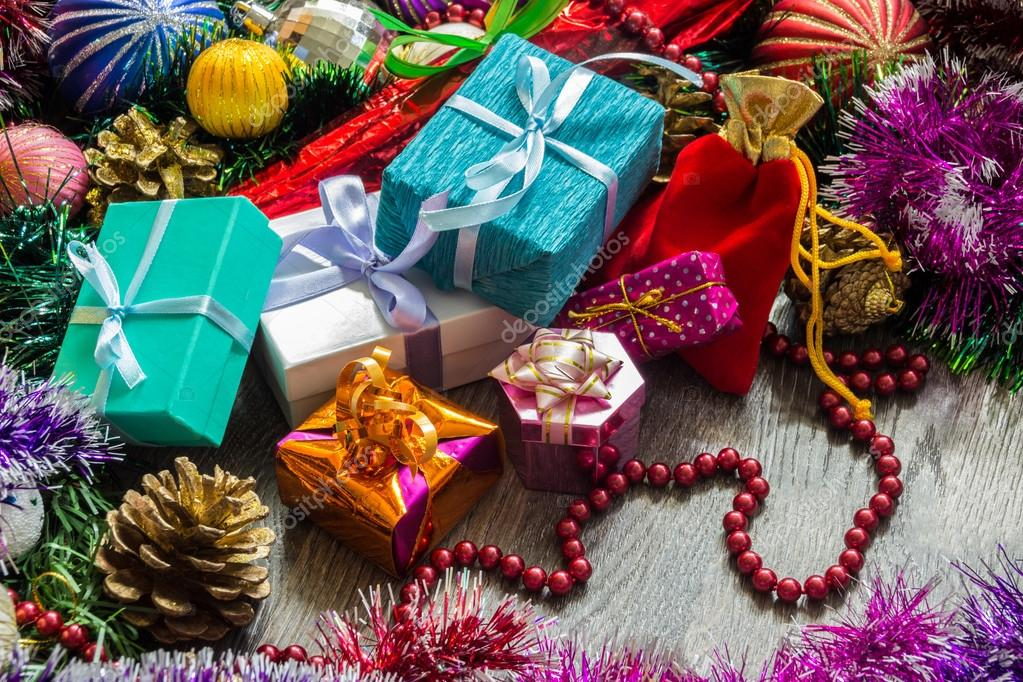 Neujahr-Bild. Geschenke-Boxen, Weihnachtsschmuck, Lametta und Perlen ...