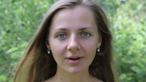 Krásná žena se raduje z vítězství, z úspěchu. Radost, štěstí. Dívka bez make-upu