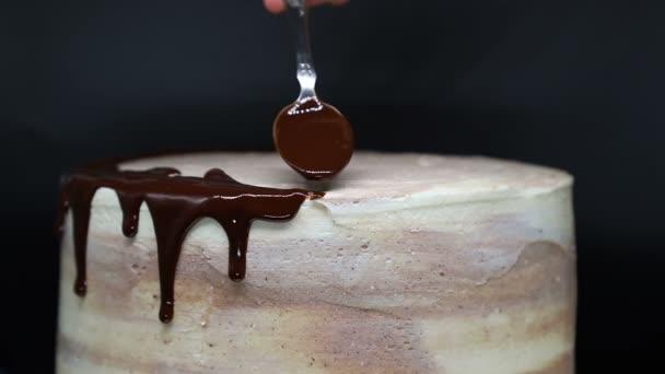 Kuchendekoration mit Schokoladenglasur. Zeitlupe.