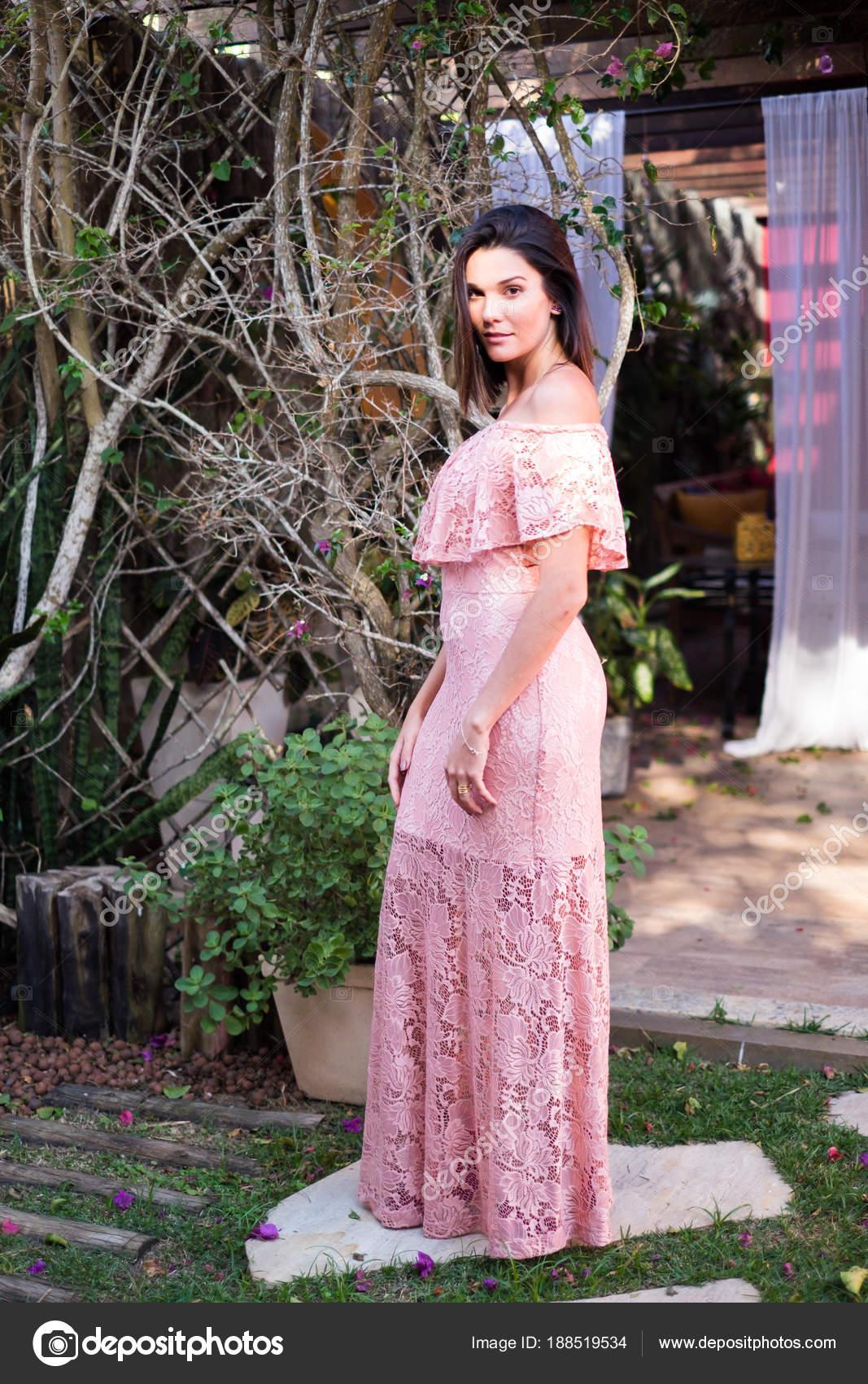 Hermosa modelo en un vestido rosa — Foto de stock © andremarinst ...