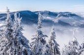 pohled z Lysé hoře s Knehyne, Velka Stolova a Radhošť hills během zimní den s jasnou oblohou