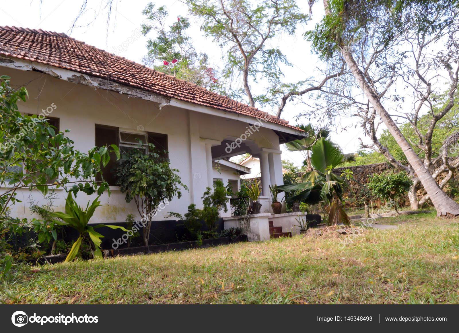 Kleines Haus in einem tropischen Garten — Stockfoto © philou1000.msn ...